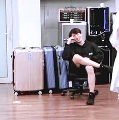 "Jungkook smiling just like ""oh my god why am I here""😂😂 Hoseok, Namjoon, Jungkook Oppa, Foto Jungkook, Bts Bangtan Boy, Bts Boys, Taehyung, Jikook, Jung Kook"