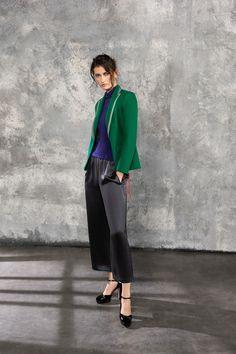 The complete Giorgio Armani Pre-Fall 2019 fashion show now on Vogue Runway. Giorgio Armani, Armani Collection, Fashion Show Collection, Modest Fashion, Fashion Outfits, Women's Runway Fashion, Armani Prive, Office Fashion, Mode Inspiration