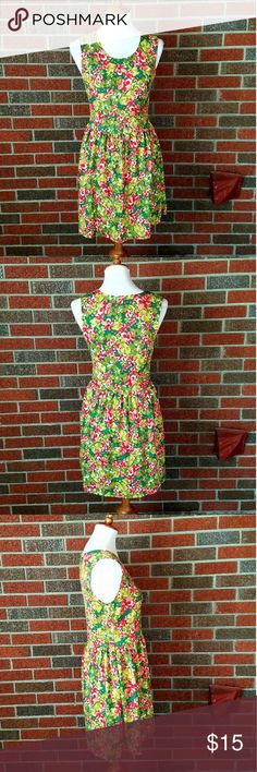 🥂Planet Gold Vibrant Floral Skater Dress size Med Planet Gold dress size medium. Sleeveless skater dress. Has bright and vibrant floral print. Form fitting top portion with looser fit bottom. Falls above the knee. Planet Gold Dresses