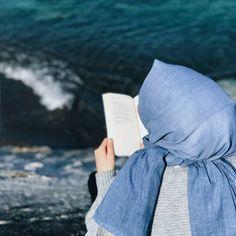 Image may contain: one or more people and ocean Cute Girl Photo, Girl Photo Poses, Girl Photos, Beautiful Hijab Girl, Beautiful Muslim Women, Muslim Couple Photography, Girl Photography Poses, Hijabi Girl, Girl Hijab