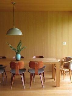 Madeiras, não obrigatoriamente na mesma tonalidade, convivem em harmonia nesta sala de jantar linda!