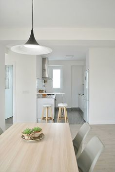 The budget to renovate this apartment in Valencia was tight but the result is great. The two terraces help to articulate the space and bring light to the different rooms. The small kitchen is now i… Kitchen And Bath, Kitchen Dining, Dining Table, Dining Room, Menorca, Decoracion Low Cost, Kitchen Interior, Sweet Home, New Homes