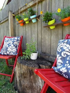 Spray painted chairs and stump table Diy Hanging Shelves, Plant Shelves, Outdoor Shelves, Garden Shelves, Hanging Flower Pots, Hanging Planters, Hanging Baskets, Planters On Fence, Planter Pots