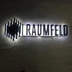 Lumifoam, verlichte piepschuim letters backlit met acrylaat fronten Living Room Clocks, Signage, Logos, Interior, Indoor, Logo, Billboard, Interiors, Signs