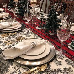 Christmas Runner, Christmas Table Cloth, Christmas Table Settings, Christmas Tablescapes, Plaid Christmas, Holiday Tables, Christmas Ideas, Christmas Decorations, Holiday Ideas