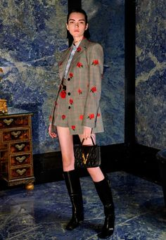 Versace Pre-Fall 2020 Fashion Show can find Versace and more on our website.Versace Pre-Fall 2020 Fashion Show Fashion 2020, Runway Fashion, High Fashion, Fashion Show, Womens Fashion, Fashion Trends, Milan Fashion, Tokyo Fashion, Fashion Fashion