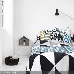 Die auffälligen Harlekin- und Karomuster helfen sicher beim Aufstehen in der Frühe! Mehr Schlafzimmer auf www.roomido.com/wohnideen/schlafzimmer