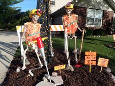 Click this pin to see the hauntingly beautiful setting Jane S. entered in Grandin Road's Spooky Decor Photo Challenge. Jane S. could win o… in 20 Halloween Outside, Halloween Scene, Halloween Porch, Halloween Skeletons, Outdoor Halloween, Halloween Skull, Holidays Halloween, Vintage Halloween, Halloween Food Crafts