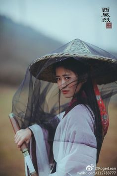 This conical hat / mosquito net combination looks very practical. If the hat was sedge or straw instead of bamboo, it could be worn wet to cool the wearer, in addition to providing protection from sun and rain. Chinese Traditional Costume, Traditional Outfits, Geisha, Costume Ethnique, Katana Girl, Martial Artists, Warrior Girl, China Girl, Chinese Clothing