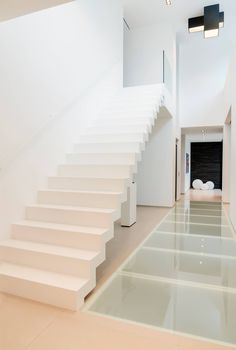 At Genico you can order a Corian® staircase in a variety of designs, including floating, block or straight. Looking for a modern Corian® staircase for your interior? Modern Staircase, Entry Stairs, House Stairs, Interior Exterior, Modern Interior, Interior Design, Home Office Design, House Design, Skylight