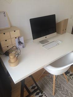 Bureau Ikea. Accessoires Ikea en Hema. Bureaustoel van DSW Kuipstoel Kopen.nl. Tafellamp Eglo. Vloerkleedje van House Doctor.