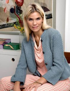 Knit yourself: Short jacket with chin flip - Her World - ALT. Knitting Stitches, Knitting Patterns Free, Knit Patterns, Hand Knitting, Knit Fashion, Boho Fashion, Shawl Cardigan, Knitting For Beginners, Knit Jacket
