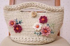 国産(コクヨ)のホワイト麻紐で編んだマルシェバッグです。底は円形になっています。赤紫、ピンク、白の毛糸で秋桜のモチーフを編んであしらってみました。お子様からご年配の方まで、年齢を選ばず似合うバッグになったかと思います^^バッグの下のラインと、持ち手部分にもスタークロッシェ編みをポイントに入れたので、持った時の感触も柔らかいです。ボタンとループで入口が閉じられるようになっています。サイズは、 底幅 約20センチ入口幅 約30センチ高さ 約15センチ(持ち手含まず) 底部分 直径 約18センチ です。ご近所へのお散歩、お出かけに、デートに、お供させていただけたら嬉しいです♪