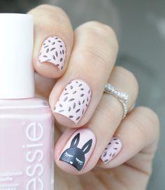 Uñas decoradas en color rosa con un conejo en color negro