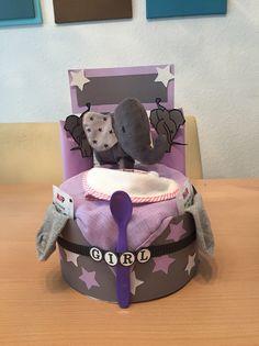 Die beliebte Elefanten Windeltorte gibt es nun in Lila für ein Mädchen.    Das Geschenk besteht aus:  15x Pampers 3, auf Wunsch auch andere Größen möglich  1x Lätzchen 1x Plüsch Elefant  1x...