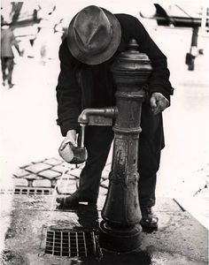 Roman Vishniac (Rusia) Softening stale bread. Vienna, after Anschluss 1935-38