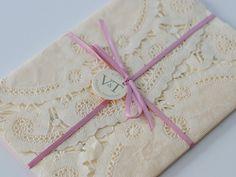 El encaje es un elemento que grita vintage. Pueden utilizarlo en forma de papel o real para las invitaciones de la boda.