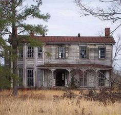 abandoned places Solve Abandoned House in Virginia jigsaw puzzle online with 132 pieces Old Abandoned Buildings, Abandoned Castles, Old Buildings, Abandoned Places, Scary Houses, Spooky House, Spooky Places, Haunted Places, Old Mansions