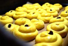 Härligt saftiga & gyllene lussekatter   Catarina Königs matblogg Sweets, Bread, Cookies, Desserts, Food, Advent, December, Bubbles, Omelet
