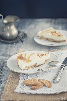 Tarta de chocolate blanco y galletas. Dessert Drinks, Fun Desserts, Dessert Recipes, Sweet Recipes, Real Food Recipes, Yummy Eats, Yummy Food, Tapas, Sweet Pastries