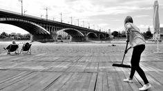 Zanim jego zdjęcia zawisły w prestiżowej galerii ZPAF-u, zdążył przeprowadzić się z Białegostoku do Warszawy i zostać menedżerem w wielkiej korporacji. Dziś nie wyobraża sobie weekendu bez szlifowania warszawskich bruków z aparatem fotograficznym w dłoni. Jest twórcą projektu Warsaw Street Shots i - jak mówi - ulicznej fotografii nie porzuci już nigdy. Z Radkiem Budnickim - człowiekiem, który potrafi znaleźć magię w codziennym życiu wielkiego miasta - rozmawiamy o fenomenie street…