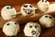 Halloween Monster Cookie Balls *** Create an easy-to-make Halloween treat with these monster cookie balls. Halloween Monster Cookies Balls will be the new favorite at your Hallows Eve bash! Easy Halloween Snacks, Halloween Goodies, Halloween Desserts, Creepy Halloween, Halloween Decorations, Halloween Party, Fall Snacks, Halloween Baking, Table Decorations