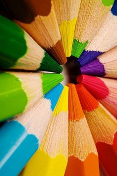 Nothing like a fresh box of colored pencils or crayons! World Of Color, Color Of Life, Image Crayon, Whatsapp Wallpaper, Coloured Pencils, Over The Rainbow, Happy Colors, My Favorite Color, Rainbow Colors