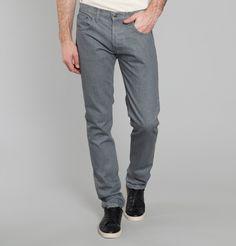 Jean 5 poches en coton gris délavé, fermeture boutons sous patte.     Rien de plus intemporel qu'un jean 5 poches! Changez le vôtre en optant pour ce modèle gri