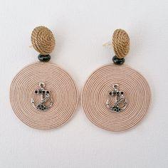 Orecchini in seta e metallo interamente realizzati a mano.