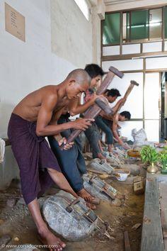 Along Mandaly's way gold leaves makers.   #travel #photography #fotografia #Burma #Birmania #Myanmar