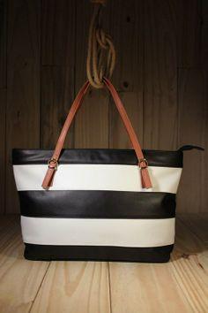 Trazendo praticidade e conforto com a modelagem minimalista, a Bolsa P & B Stripes é tendência do verão e ótima para o seu dia a dia.