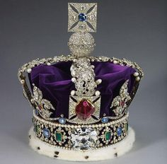 The second largest piece is the Cullinan II (317.40ct). It is set on The Imperial State Crown of Queen Elizabeth.