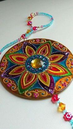 Best 12 Decorative Ceramic Mandala Plates by Mercadolibre – SkillOfKing. Cd Diy, Carillons Diy, Old Cd Crafts, Diy And Crafts, Arts And Crafts, Diwali Diy, Diwali Craft, Recycled Cds, Recycled Crafts