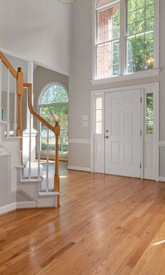 Who doesn't like to make a stylish first impression? Get inspired by our modern foyer design ideas and sweep your guests off their feet with a beautiful home entrance decor. Home Entrance Decor, House Entrance, Entry Way Design, Foyer Design, Modern Foyer, Home Remodel Costs, Hallway Storage, Cozy Nook, French Interior
