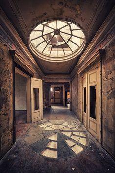 A Series of abandoned buildings /Matthias Haker..