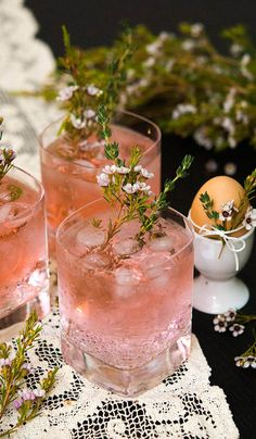 Pretty Pink Gin & Tonics Aren't these Easter cocktails pretty? These gin and tonics are so feminine, so gently spiced, delicately herbal and lightly floral. They're perfect for Easter, a baby shower, bridal shower or elegant brunch. Rosa Cocktails, Gin & Tonic Cocktails, Easter Cocktails, Cocktails Bar, Gin And Tonic, Summer Cocktails, Cocktail Drinks, Fun Drinks, Yummy Drinks