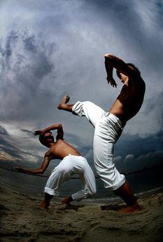 Capoeira on the beach (© Quilombo Capoeira)