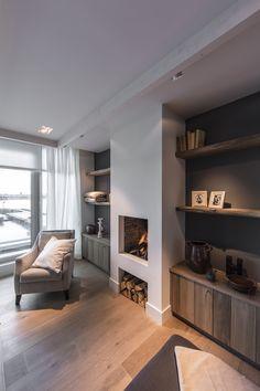 openhaard, kleur muren, houten planken, stoel, haardblokken