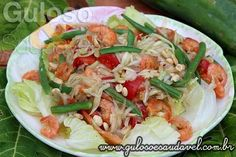 """A dica para o #almoço é a Salada Tailandesa de Mamão Verde, """"Som Tam"""", ou """"Papaya Salad"""" é uma delicia super refrescante e é perfeita em qualquer ocasião!  #Receita aqui: http://www.gulosoesaudavel.com.br/2015/04/14/salada-tailandesa-mamao-verde/"""