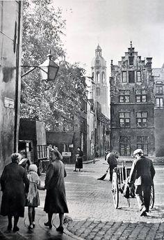 Sint Andrieskwartier 5 november 1940 Zicht op de Vrijdagmarkt van uit de Heilige Geeststraat met recht voor u de korte Ridderstraat en van links naar rechts Steenhouwersvest