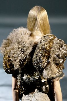 Gold Textures - mixed materials, surface embellishment and volume - haute couture fashion details // Givenchy Next Fashion, Love Fashion, Runway Fashion, High Fashion, Couture Fashion, Paris Fashion, Couture Details, Fashion Details, Fashion Design
