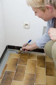 Etape 6 : appliquer la première couche de peinture. L'application de la peinture commence par la périphérie ... - Repeindre le carrelage au sol d'une cuisine - CôtéMaison.fr