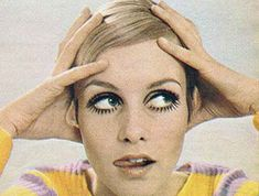 Twiggy Makeup and Haircut. How 16 year old Leslie Hornby became Twiggy. How she developed her makeup look, her famous crop and who really discovered her Twiggy Makeup, 1960s Makeup, Iconic Makeup, Vintage Makeup, Vintage Hair, Makeup Tips, Eye Makeup, 60s Hair, Brown Eyeliner