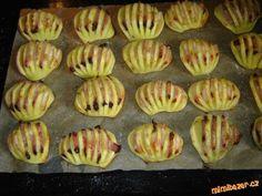 Zapečené brambory Brambory oloupeme,podélně rozpůlíme a nařízneme na proužky.Do každýho zářezu dáme kousek anglický,posolíme naskládáme na plech s pečícím papírem a malinko pokapem olejem a dáme do vyhřáté trouby zapíct.Když jsou brambory měkký tak si můžem rozšlehat vajíčko a brambory potřít ,navrch nasypat nastrouhaný sýr a dát to ještě do trouby rozpustit.Ktomu dip:zakys smetanu,prolisuju česnek,najemno pažitku a červ. kapii a lehounce osolím,zamíchám a v tom bramb.namáčím. Czech Recipes, Russian Recipes, Ethnic Recipes, Party Snacks, Finger Foods, Sushi, Healthy Snacks, Side Dishes, Food And Drink