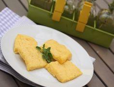 Für die Polentaschnitten Milch, Schlagobers und Wasser aufkochen. Die Polenta unter Rühren einrieseln lassen, aufkochen und die geschälte,