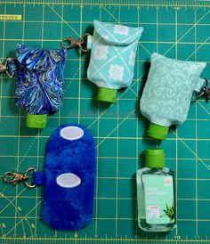 Make A Hand Sanitiser Gel Holder - this hand hygiene gel case can made in minutes and clips to your bag. Never lose your sanitizer again! Full DIY tutorial Great gift for friends, family and teachers. Alcohol En Gel, Sewing Crafts, Sewing Projects, Hand Sanitizer Holder, Make And Sell, How To Make, Creation Couture, Free Sewing, Embroidery Designs
