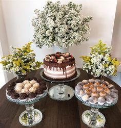 😍😍😍 Doces e bolo Birthday Party Decorations, Birthday Parties, Gold Bridal Showers, Its My Bday, Snacks Für Party, Deco Table, Food Presentation, Sweet 16, Party Time