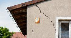 Les fissures sur les façades de maison sont fréquentes. Il faut les réparer sans tarder pour éviter que l'eau de pluie ne s'infiltre dans le logement.