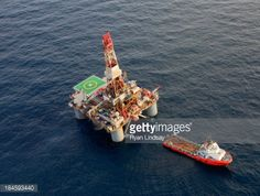 Stockfoto : Oil Rig and Support Ship