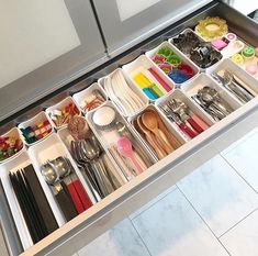 16 Genius Organization Ideas to Make the Most out of Your Space - The Trending House Kitchen Pantry Organisers, Kitchen Drawer Organization, Kitchen Drawers, Kitchen Storage, Closet Organisation, Organization Hacks, Ideas Para Organizar, Home Management, Kitchen Furniture